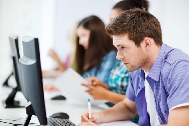 Jóvenes estudiantes buscando respuestas