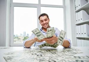 Tío contando billetes de dinero muy feliz